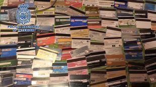 La Policía ha incautado 200 tarjetas falsificadas.