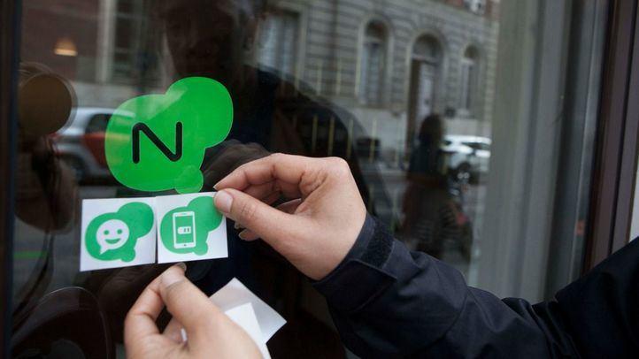 Pegatinas que identifican aquellos comercios que participan en NEXOS y los servicios que ofrecen.