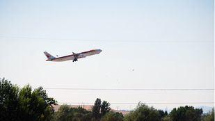Un avión de Iberia despega desde Barajas.