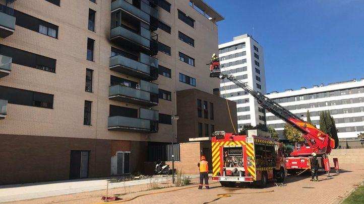 Una dotación de bomberos extingue el incendio en Alcorcón.