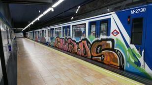 Un grupo de grafiteros pinta cinco vagones en Marqués de Vadillo.