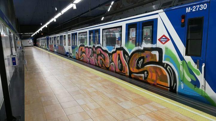 Cinco vagones de Metro grafiteados.