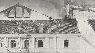 Bomberos subidos a un tejado del Teatro de la Zarzuela.