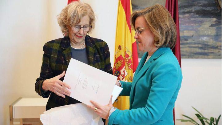 La alcaldesa de Madrid, Manuela Carmena, junto a la portavoz socialista en el Ayuntamiento, Puri Causapié.