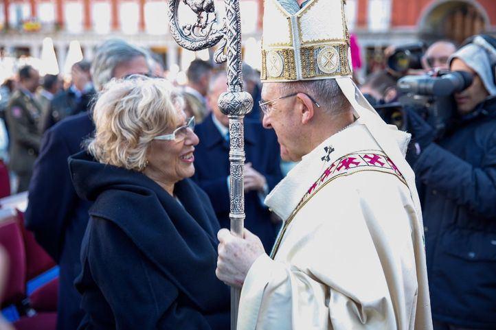 El cardenal Carlos Osoro saluda a la alcaldesa de Madrid, Manuela Carmena, en uno de los actos de la Almudena.