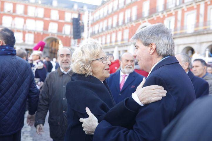 Saludo de Manuela Carmena y Ángel Garrido en la Plaza Mayor, donde ha tenido lugar la misa de la Almudena.