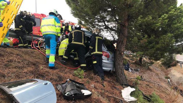 Los bomberos han trabajado para excarcelar al conductor del vehículo.