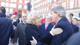 Saludo de Manuela Carmena y Ángel Garrido en la Plaza Mayor.