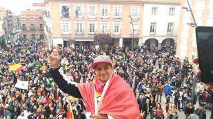 Jorge Martín ha subido a celebrar su mundial al balcón del Consistorio.