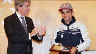El presidente de la Comunidad de Madrid ha destacado el esfuerzo y capacidad de superación del piloto de San Sebastián de los Reyes