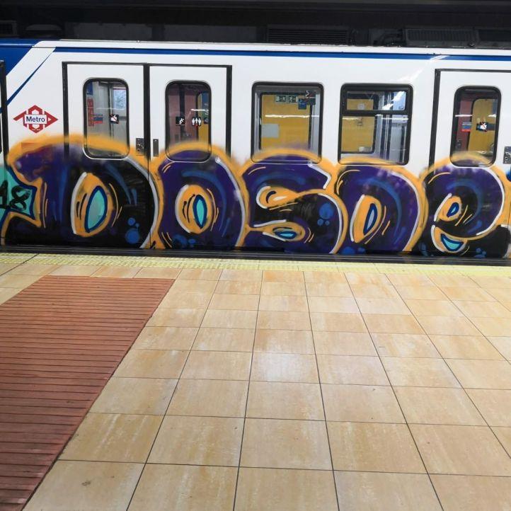Detenidos tres grafiteros por pintar un tren de Metro