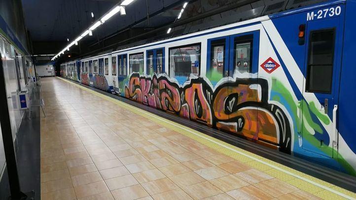 Un tren de Metro de Madrid, pintado por los grafiteros.