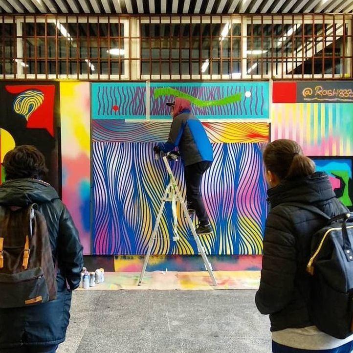 Uno de los artistas interviene en el Pasaje de los Cubos.