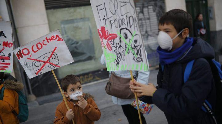Familias de colegios públicos y concertados del distrito centro se han manifestado este jueves a las puertas del CEIP Nuestra Señora de la Paloma en apoyo a la entrada en vigor Madrid Central y para pedir 'Coles sin coches'.