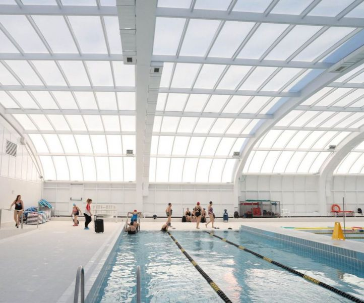 Rommy Arce visita la piscina de Moscardó tras la finalización de los trabajos de remodelación.