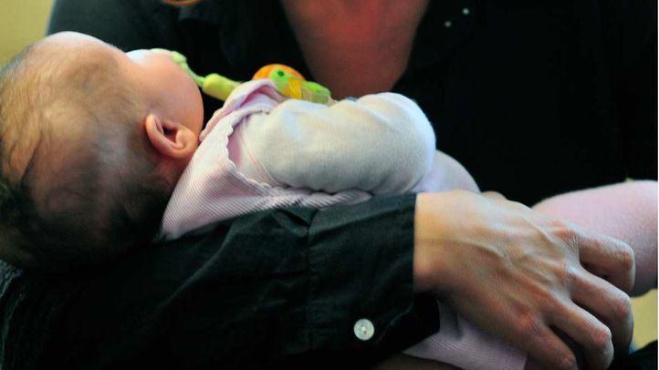 Bebé en brazos de una madre.