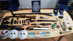 Armas y posesiones incautadas.