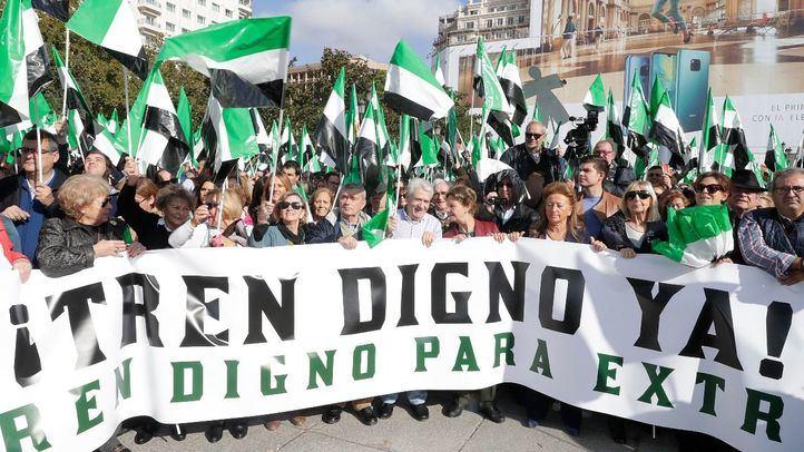 Miles de extremeños han viajado a Madrid para reclamar un tren digno.