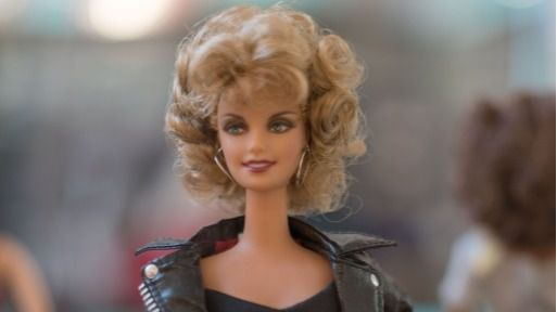Barbie, vestida de Olivia Newton John en Grease.