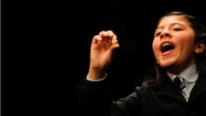 Una de las niñas de San Ildefonso canta un número.