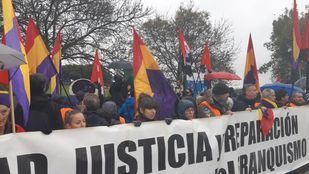 Manifestantes a los pies de Cuelgamuros.