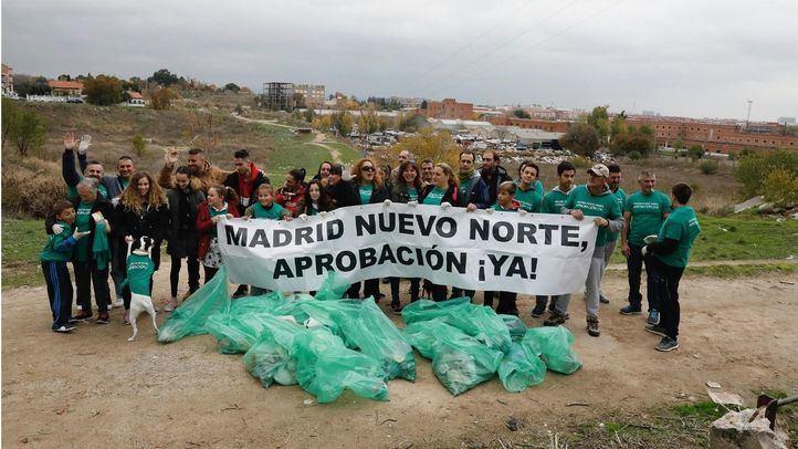 Los vecinos exigen con la limpieza del descampado el inicio de Madrid Nuevo Norte.