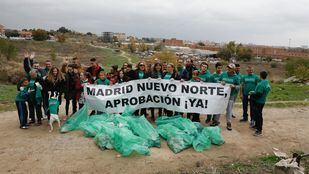 Vecinos de Fuencarral limpian un descampado para pedir el inicio de Madrid Nuevo Norte