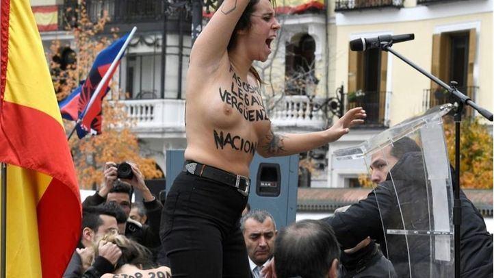 Momento en el que una activista de Femen irrumpe en el homenaje de la Falange.