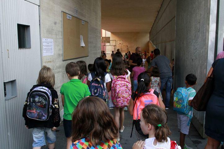 Alumnos entrando en el colegio público de primaria.