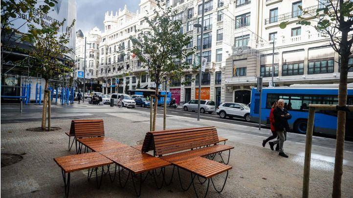 Nuevos bancos de madera en la calle Gran Vía, tras su remodelación.