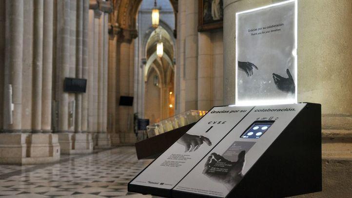Hucha electrónica en la Catedral de la Almudena.