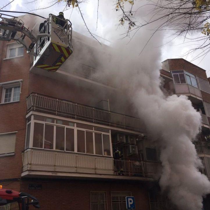Dos heridos en un aparatoso incendio en Vallecas