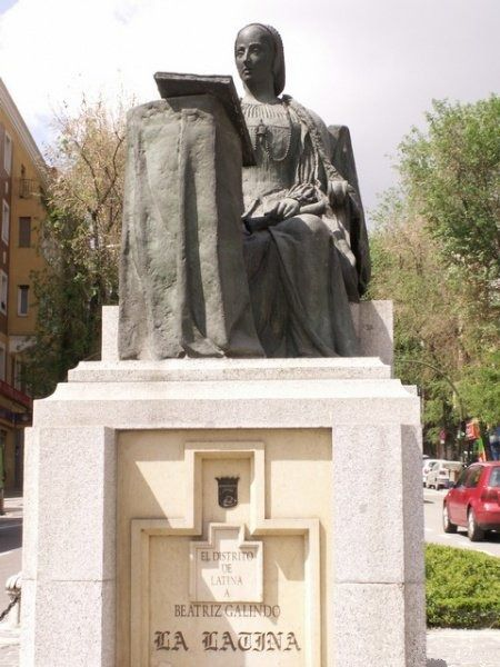 Monumento a Beatriz Galindo en el distrito de la Latina.