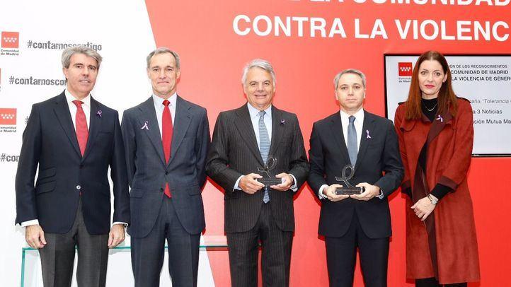 Ignacio Garralda recoge un premio de la Comunidad por la lucha de la Fundación Mutua contra el maltrato