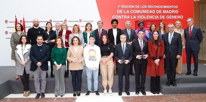 Foto de familia de todos los premiados en los I Reconocimientos Regionales contra la Violencia de Género