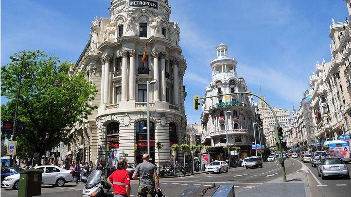 Alcalá continúa con un carril cerrado por un socavón