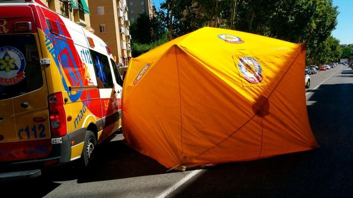 Los sanitarios del Samur. Protección civil atendieron a la víctima, que falleció a causa del fuerte impacto.