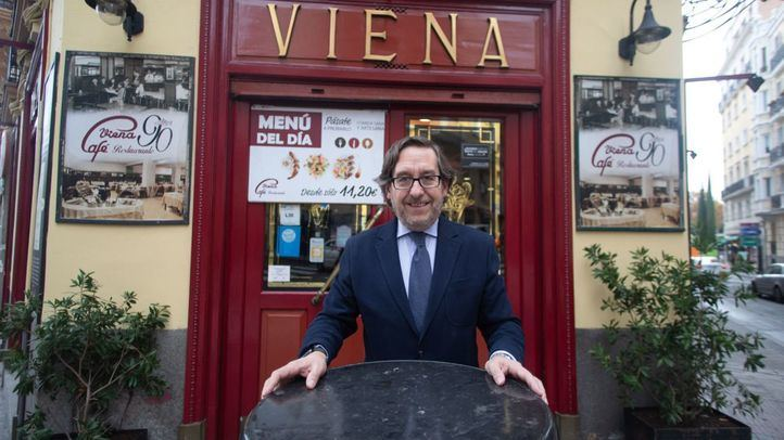 Antonio Lence, director de Grupo Viena Capellanes, posando a las puertas del Café Viena.