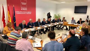 El consejero de Medio Ambiente, Carlos Izquierdo, se reúne con quince ayuntamientos para evaluar sus protocolos anticontaminación.