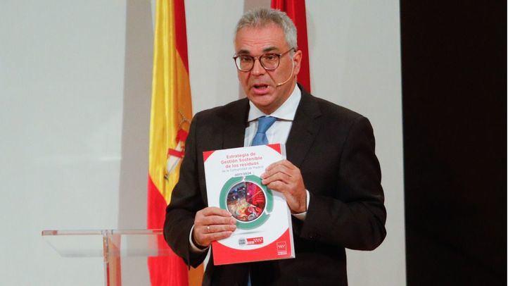 El consejero de Medio Ambiente y Ordenación del Territorio de la Comunidad de Madrid, Carlos Izquierdo, ha presentado la Estrategia de Gestión Sostenible de Residuos de la Comunidad a alcaldes de la región, empresas y asociaciones.