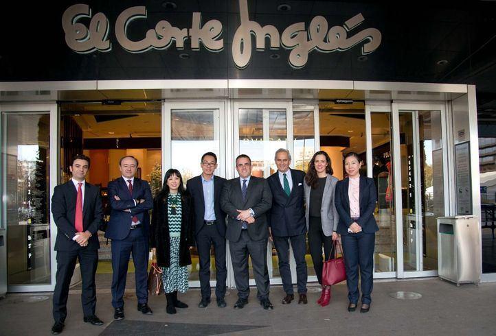 Víctor del Pozo, consejero delegado de El Corte Inglés, y  Rodrigo Cipriani Foresio, director de Alibaba Group para el sur de Europa, con los equipos  implicados de ambas compañías
