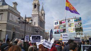 Asociaciones se manifiestan en la Almudena contra el traslado de los restos de Franco