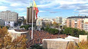 Colón se llena de personas concentradas a favor de la unidad de España