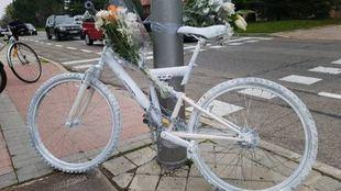 Bicicleta blanca en recuerdo del joven atropellado en el Parque Juan Carlos I.