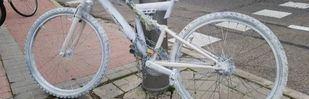 Una bicicleta blanca en memoria del joven arrollado en Barajas