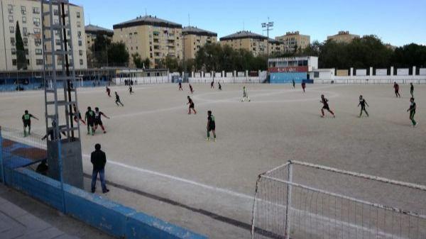 Césped artificial y gradas cubiertas en la reforma del campo de fútbol de Orcasitas