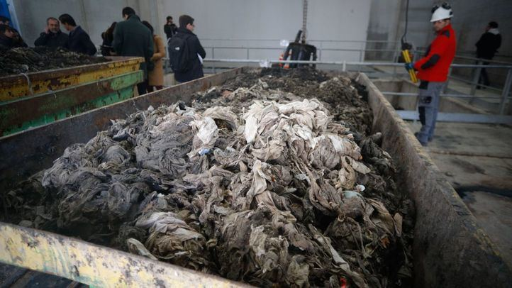 El año pasado se retiraron 28.433 toneladas de residuos sólidos de las 157 depuradoras de la región, muchos de ellos, toallitas húmedas, que suponen un problema económico y medioambiental.