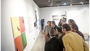 Visitantes en la exposición fotográfica Poéticas de resistencia, memoria y olvido.