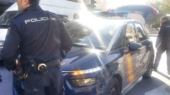 La Policía Nacional, a las puertas de la sucursal en la que el atracador ha retenido a varios rehenes