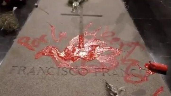 El escultor pintó una paloma de la paz y la frase 'Por la libertad'.